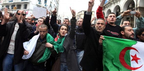 Demonstration gegen Notstandsgesetze in Algier; Foto: dpa