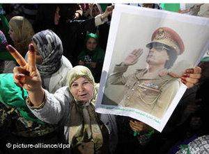 Woman demonstrating for Gaddafi (photo: picture-alliance/dpa)