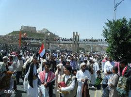 Tribal members on Art Square in Sana'a (photo: DW)