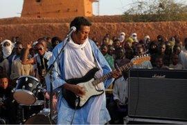 Bombino während eins Konzerts vor der Großen Moschee in Agadez; Foto: bombinoafrica.com