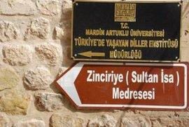 Wegweiser zur Zinciriye Madrase in Mardin; Foto: Sonja Galler