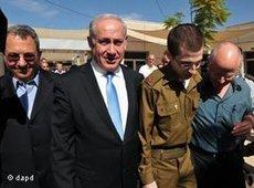 Gilad Shalit (2nd from right) with Israel's Prime Minister Benjamin Netanyahu (second from left) after Shalit's release (photo: dapd)