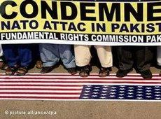 Pakistanis in Hyderabad standing on the American flag and demonstrating against the NATO air strikes in Pakistan (photo: dpa)