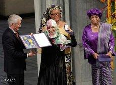 Tawakkol Karman (2nd from left) receiving her diploma and medal from Nobel Committee Chairman Thorbjoern Jagland (photo: dapd)