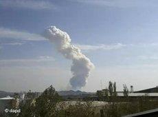 A smoke plume rising above the horizon (photo: dpa)