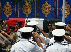 Soldiers salute during the state funeral of Naguib Mahfouz (photo: picture alliance/dpa)