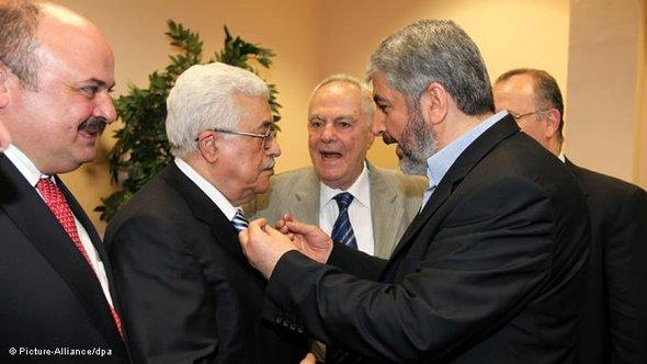 Palestinian president Mahmoud Abbas, centre left, speaking with Hamas leader Khaled Meshaal,  centre right (photo: picture alliance/dpa)