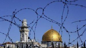 The Dome of Rock in Jerusalem behind barbed wire (photo: AP)