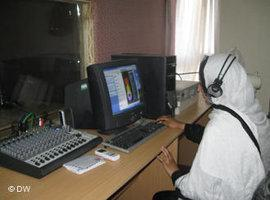 A female journalist at a radio work station in Kabul (photo: DW)