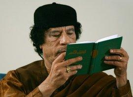 "Gaddafi and his ""Green Book"" (photo: AP)"