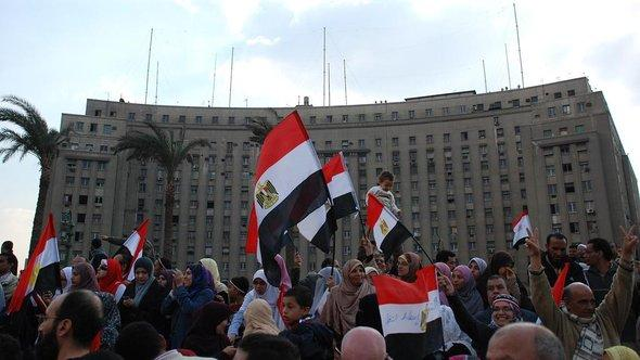 Demonstrators in front of the Mugamma on Tahrir Square (photo: Amr S. El-Kady/DW)