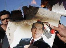 Demonstrators burn a photo of the former president of Tunisia, Zine El Abidine Ben Ali (photo: AP/dapd)