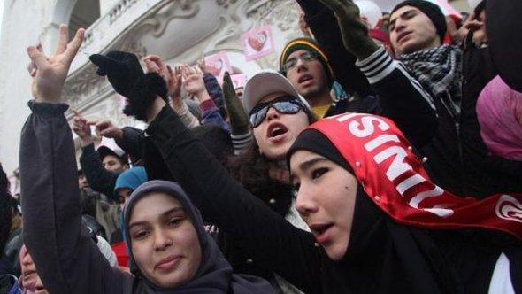 Young demonstrators on the anniversary of the revolution in Tunisia (photo: EPA/STRINGER/dpa)