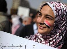 A female demonstrator on Tahrir Square in Cairo (photo: dpa)
