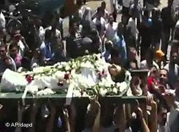 Funeral procession in Hama for a murdered opponent of the regime (photo: AP/dapd)