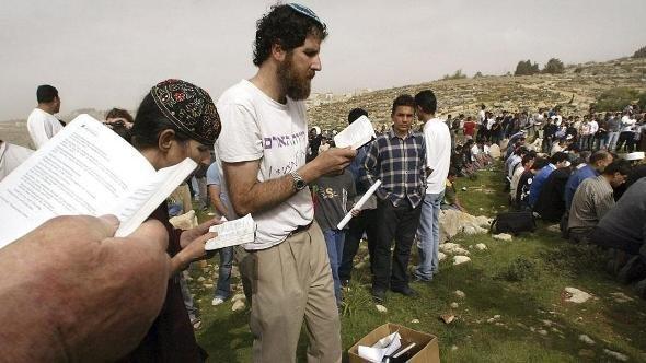 Rabbi Asherman beim gemeinsamen Gebet mit Juden und Muslimen; Foto: AP