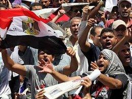 Egyptian demonstrators on the Tahrir square (photo: dpa)