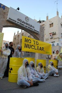 Greenpeace members activists and Irhamouna activists outside the Ministry of Energy in Amman (photo: Greenpeace)