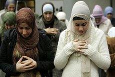 Muslim women in a mosque (photo: dpa)