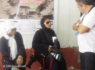 Female photo journalist talking to a man in Mecca (photo: DW/ Ali Almakhlafi