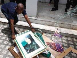 A rebell destroys an image of Gaddafi after the rebell's victory (photo: picture-alliance)