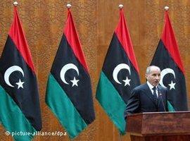 Mustafa Abdul Jalil, der Vorsitzende des libyschen Übergangsrates in Tripolis; Foto: picture-alliance/dpa spricht