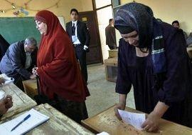 Egyptians at the ballot box during parliamentary elections (photo: AP/dapd)