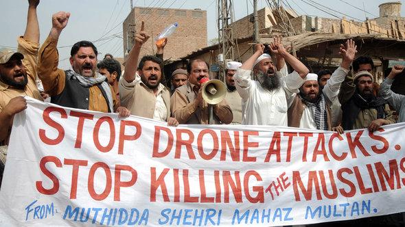 Pakistani citizens protest again the US military's use of drones in Pakistan (photo: dpa)