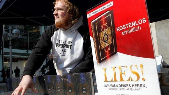 An Islamist distributing copies of the Koran to pedestrians (photo: dpad)
