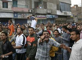 Textile workers protesting in Mahalla El Kubra, 06 April 2008 (photo: AP)