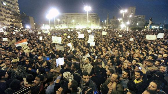 People protesting on Tahrir Square in Cairo after the verdict in the Mubarak case was announced (photo: dpa)