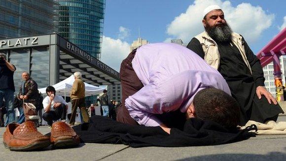 Salafisten beim Gebet auf dem Potsdamer Platz in Berlin; Foto: picture-alliance/dpa
