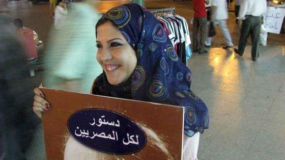 """Women holding a poster that reads """"A constitution for all Egyptians!"""" (photo: DW)"""