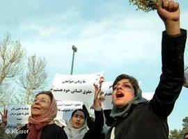 Iranian women protesting for their rights in the streets of Teheran (photo: Kossof)