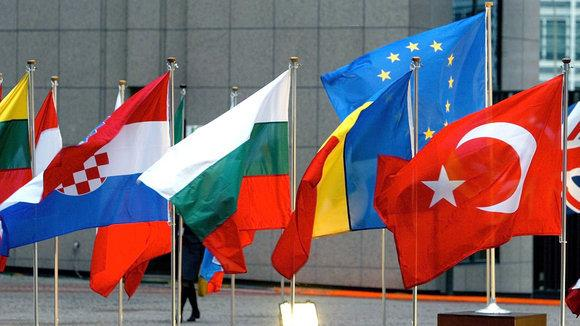 The flags of the European Union and the flag of Turkey in Brussels (photo: dpa)