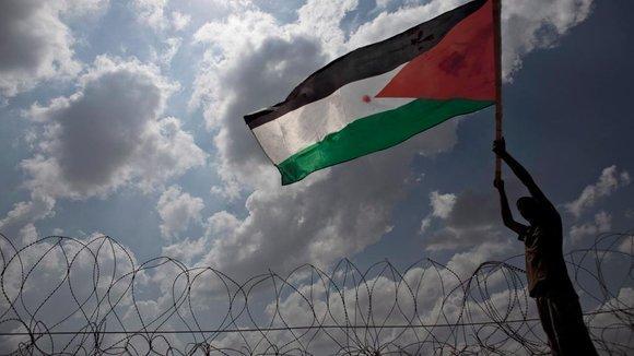 Mann mit palästinensischer Flagge; Foto: picture-alliance/dpa