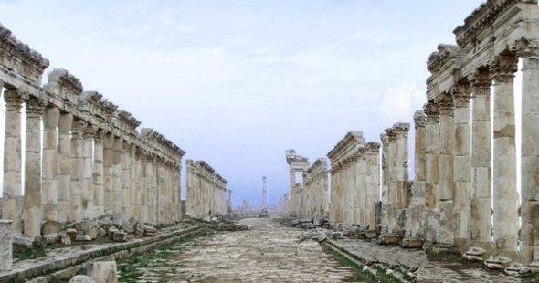 A column-lined street in Apamea (photo: Wikipedia)