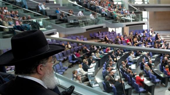 Ein Rabbiner verfolgt die Debatte im Bundestag; Foto: dapd