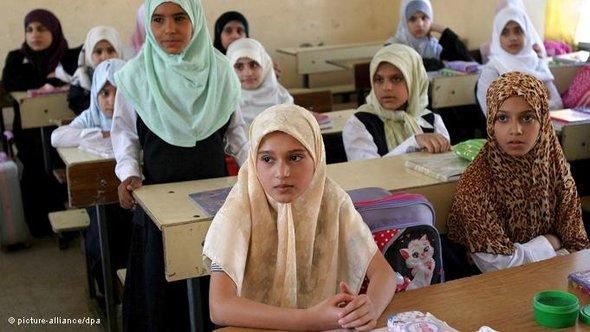 Students attend class on the first day of school in Karbala, Iraq, on 9 October 2007 (photo: picture-alliance/dpa)