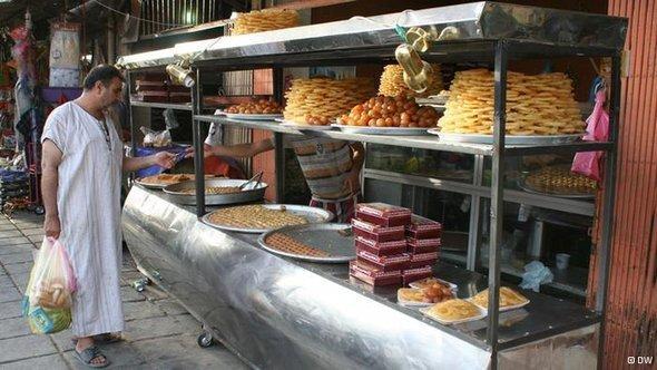 An Iraqi man buying sweets treats (photo: DW/Munaf al-Saidy)