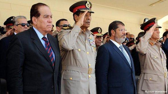 Ägyptischer Präsident Mursi bei einem Treffen mit Militärratchef Tantawi; Foto: dpa