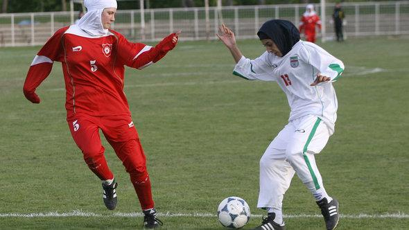 Muslim footballers wearing hijabs (photo: picture-alliance/dpa)