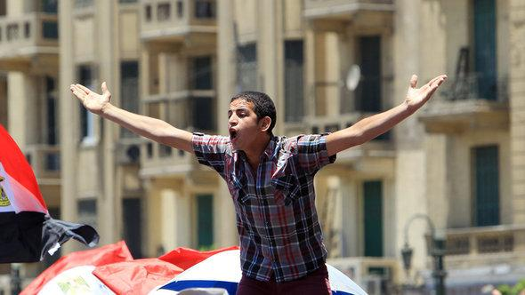 A young man protesting on Tahrir Square in Cairo (photo: picture-alliance/dpa)