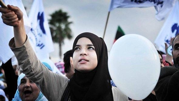 Islamist Ennahda party supporters in Tunis (photo: picture-alliance/dpa)