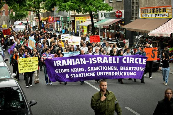 People taking part in an Iranian-Israeli Circle demonstration (photo: Jakob Huber)