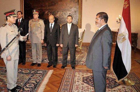 Egypt's new defence minister, Abdul Fattah al-Sisi (left), taking his oath of office at the presidential palace in Cairo (photo: dpa)