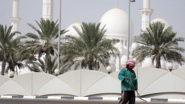 A street sweeper in front of the Sheikh Zayed Grand Mosque in Abu Dhabi (photo: dpa)
