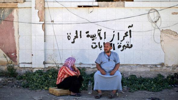 A senior couple at the Bab al Salameh border crossing (photo: dapd)