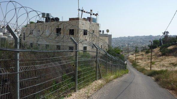 Sicherheitszaun zwischen dem arabischen Teil Hebrons und der Siedlung Kiryat Arba; Foto: Jeremias Eichler