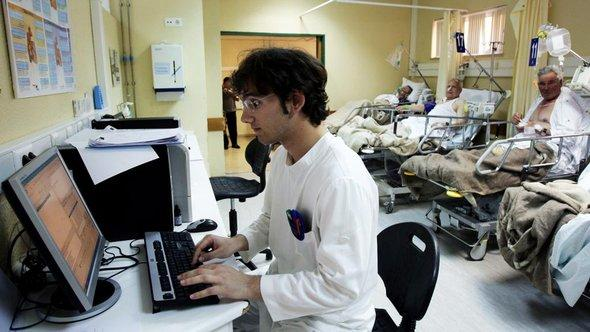 Foreign skilled employee in a German hospital (photo: picture-alliance/dpa)